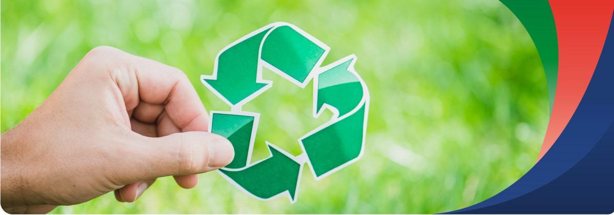 Mano con simbolo de reciclaje