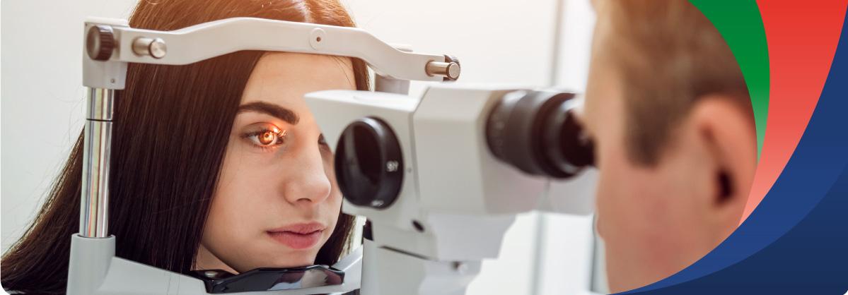 Mujer recibiendo examen de vista